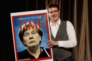 Brüske Kabarettist Trum-Merkel