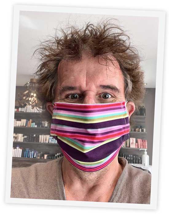 Brüske mit Maske Bühnenstück Virulent